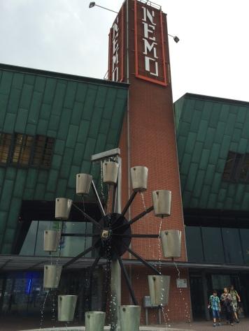 Reloj de agua de la entrada del museo